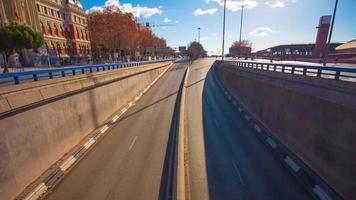 giornata di sole mattina ponte vista traffico tunnel strada 4K lasso di tempo spagna video