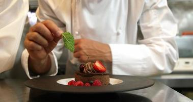 Köche geben Desserts den letzten Schliff