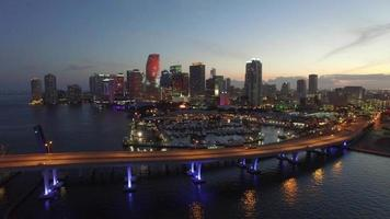 Luftdrohnenvideo der Innenstadt von Miami in der Abenddämmerung video