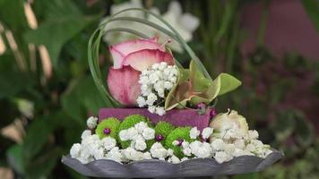 créer un arrangement floral en forme de gâteau