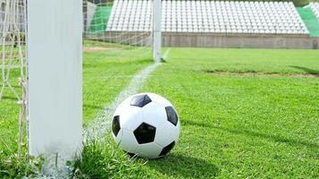 partita di calcio. azione di calcio. la palla si ferma appena prima della linea di meta
