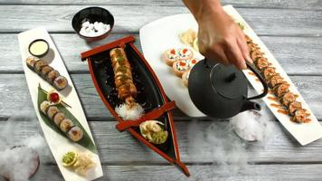pratos diferentes com rolos de sushi. video
