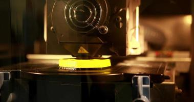 Impressora 3D imprimindo um objeto video