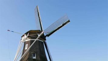 Kopf der historischen Windmühle drehen video