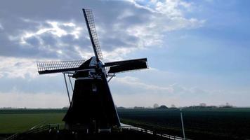 molino de viento histórico girar retroiluminación