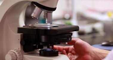 scienziato che prepara un microscopio