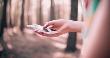 Mädchen, das auf ihrem Smartphone tippt video