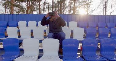 un ragazzo con gli occhiali vr seduto allo stadio video
