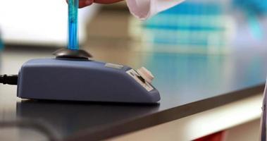 scienziato miscelazione provetta con centrifuga video