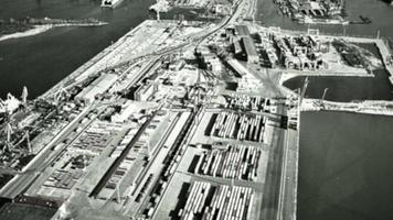 Infrarotkamera auf Bomberziel in Container im Seehafen. militärische Luftfahrt. Krieg. Schlachtfeld