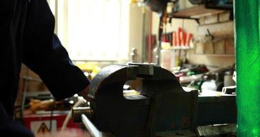 jovem mecânico trabalhando em um torno video