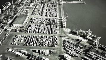 Infrarotkamera auf Bomberziel in Frachtcontainern im Seehafen. Militär Operation. Krieg. Luftangriff