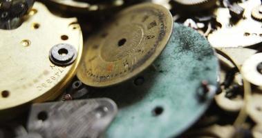 Nahaufnahme verschiedener Teile einer Uhr video