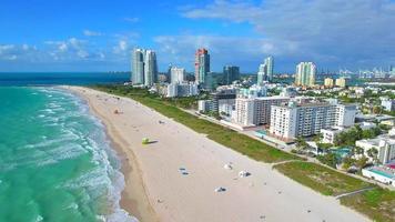 video aéreo de olas en miami beach