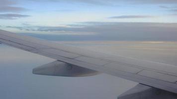 avião voando no céu video