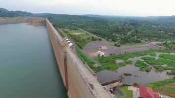 Vista aérea de la presa de khun dan prakan chol, Tailandia video
