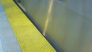 Zug fährt durch den Bahnhof video