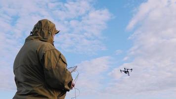l'uomo controlla il drone, il drone vola improvvisamente su nel cielo