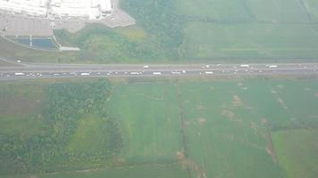 vista aerea del traffico su autostrada a più corsie video