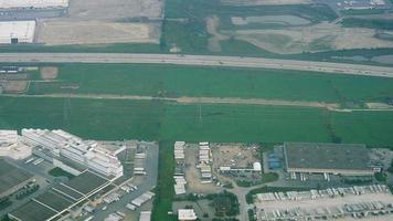 vista aerea del paesaggio urbano e del traffico in autostrada a più corsie video
