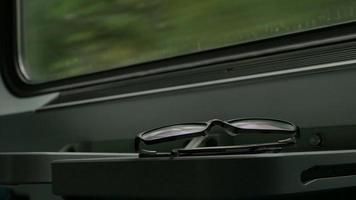 occhiali in treno