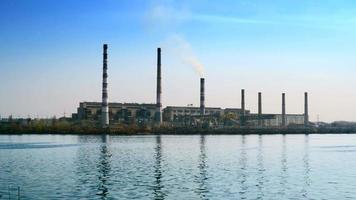 Stromplan für Gasturbinen in der Nähe des Flusses video