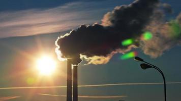 ryssland solnedgång sol ljus fabrik rökrör Moskva stad 4k tidsinställd