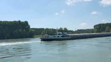 ein Lastkahn auf der Donau video
