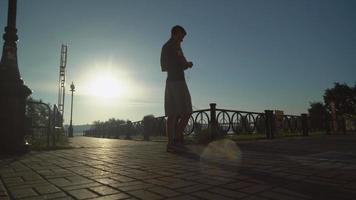 corredor treinando ao ar livre ao nascer do sol