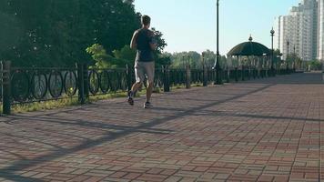 un ragazzo in abbigliamento sportivo corre in pista