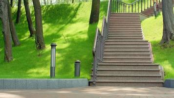 homem de aptidão descendo escadas em câmera lenta. conceito de estilo de vida saudável video