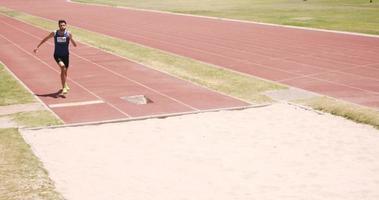 deportista haciendo salto de longitud
