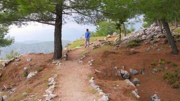 uomo turistico che cammina trekking storica via licia, lycia road, turchia