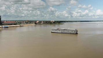 Flusskreuzfahrtschiff erreicht Hafen in Kampong Cham video
