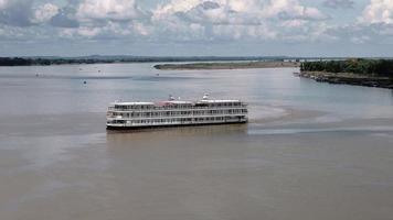 nave da crociera fluviale che raggiunge il porto di kampong cham