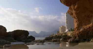 spiaggia rocciosa della famosa città accogliente calpe 4K video