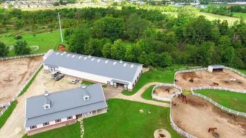 Reiterfarm, Herrenhaus mit Pferdeställen, Ställen, Pool, Luftüberführung