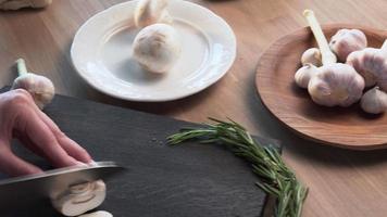 cuisinier coupe les champignons avec un couteau tranchant video