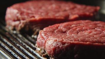 gros plan: un steak de sang sur un grill video