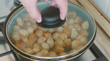 friture de boulettes dans une poêle, gros plan