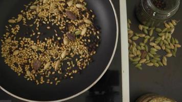 preparazione della cucina indiana di base con spezie crude secche