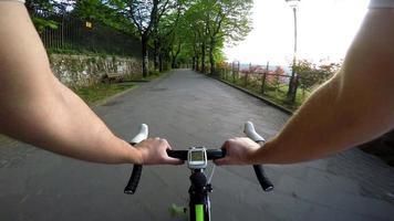 homem de bicicleta no parque, pôr do sol. pov, ponto de vista original video