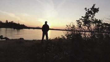 Antenne du Maine sur le camping passé l'homme au lac - plus près