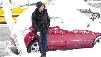 homme impuissant en attente de sauvetage, voiture coincée sous la neige, jour de neige