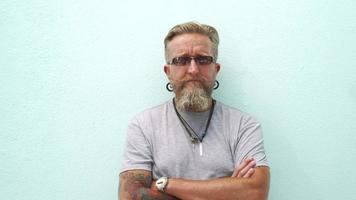 ritratto di bell'uomo maturo con la barba dai capelli grigi