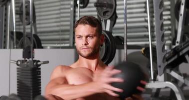 Colocar hombre haciendo ejercicio de giro en el gimnasio gimnasio video