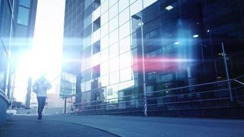 Mann läuft Kamera nach außen in städtischer Umgebung