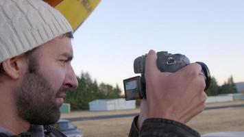 Mann filmt Heißluftballons, die vorbereitet werden video