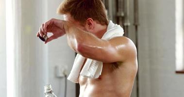 hombre en forma tomando un trago de agua