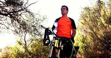 Mountainbiker machen eine Pause, um etwas Wasser zu trinken